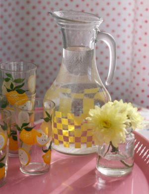 Saftservice i klart glas med gula inslag.