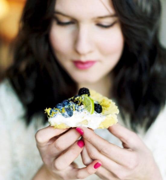 Här är jag med en bit av min ljusa kladdkaka med vit choklad, på den här bilden har jag bakat den med blåbär, björnbär och lime.