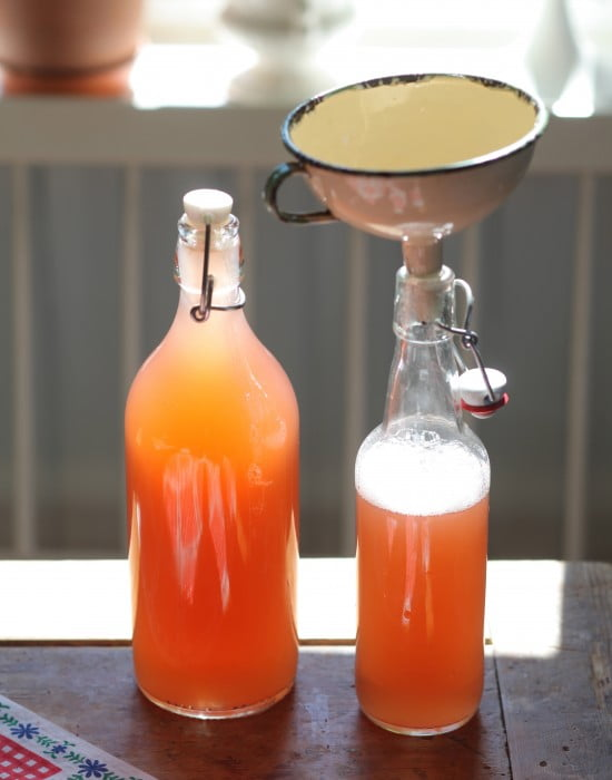 Rabarbersaft i glasflaskor.