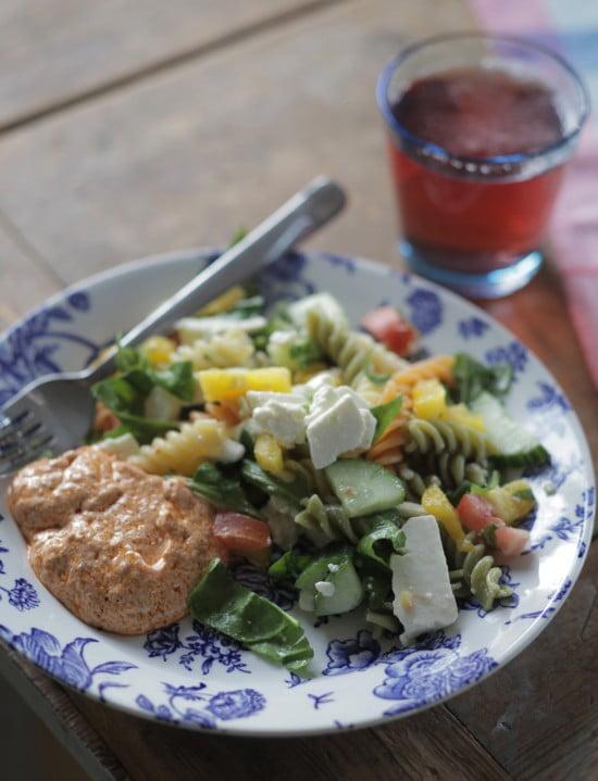 Pastaspiraler och fetaost i sallad.