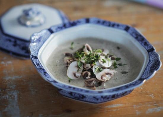 Soppa med skivade champinjoner i blått och vitt porslin.