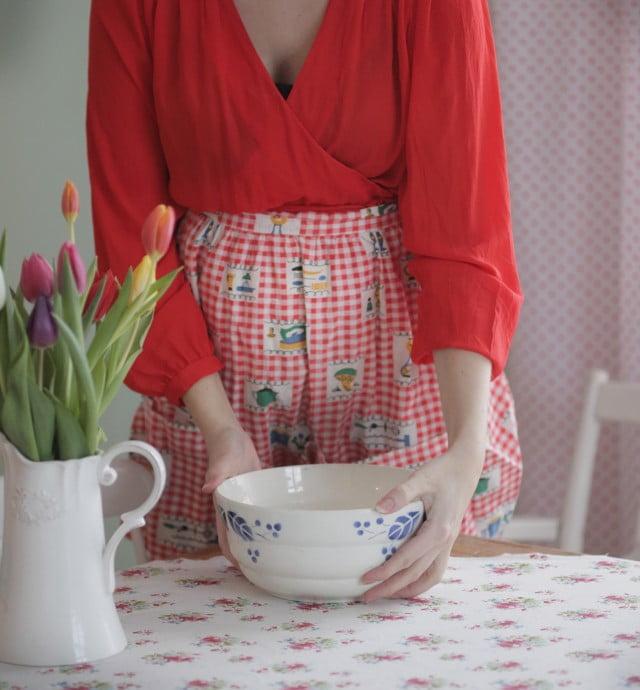 Bullbak i köket med tulpaner på köksbordet.