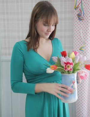 Clara håller i en vas med multifärgade tulpaner