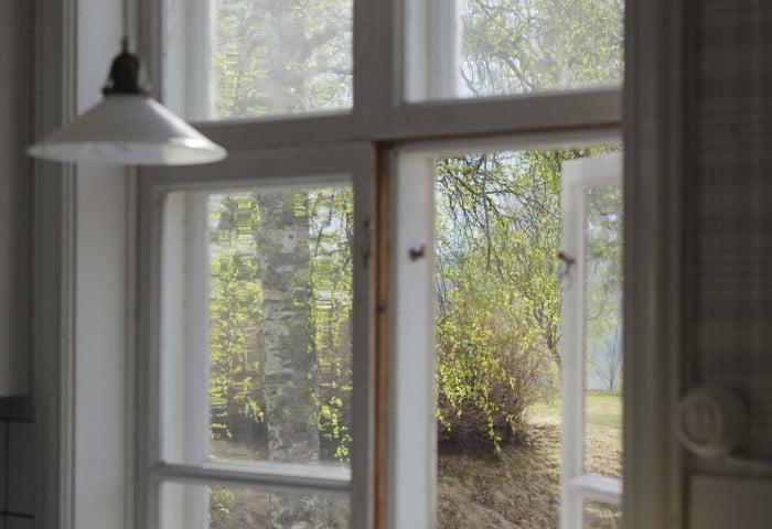 Vårsol genom köksfönstret.