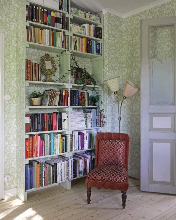 Min gamla bokhylla som satt uppe innan vi renoverade har äntligen fått  komma upp igen. Men jag ville att den skulle integreras mer i väggen så jag  bröt färg ... 9825fb404a640