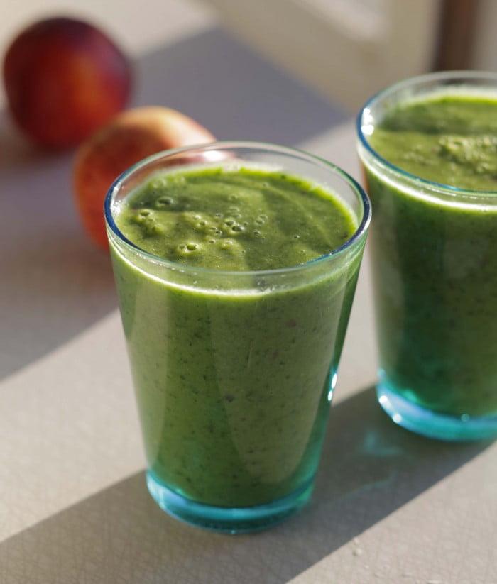 Färdigblandad drink på spenat, banan, grönkål och nektariner.