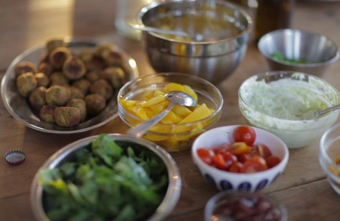 Skålar med färggladad grönsaker som tomat och paprika.