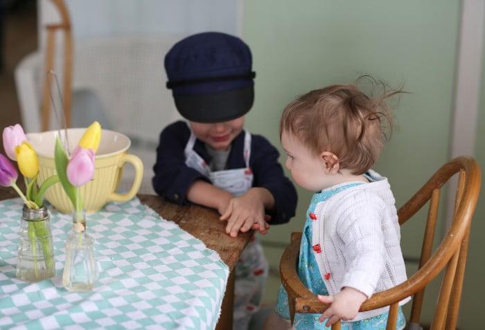 Till en pannkakstårta behövs pannkakor, grädde och sylt och gärna barn som hjälper till att baka den.