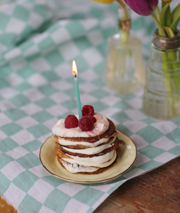 En liten pannkakstårta gör man förstås av plättar varvat med sylt och grädde - plättårta!