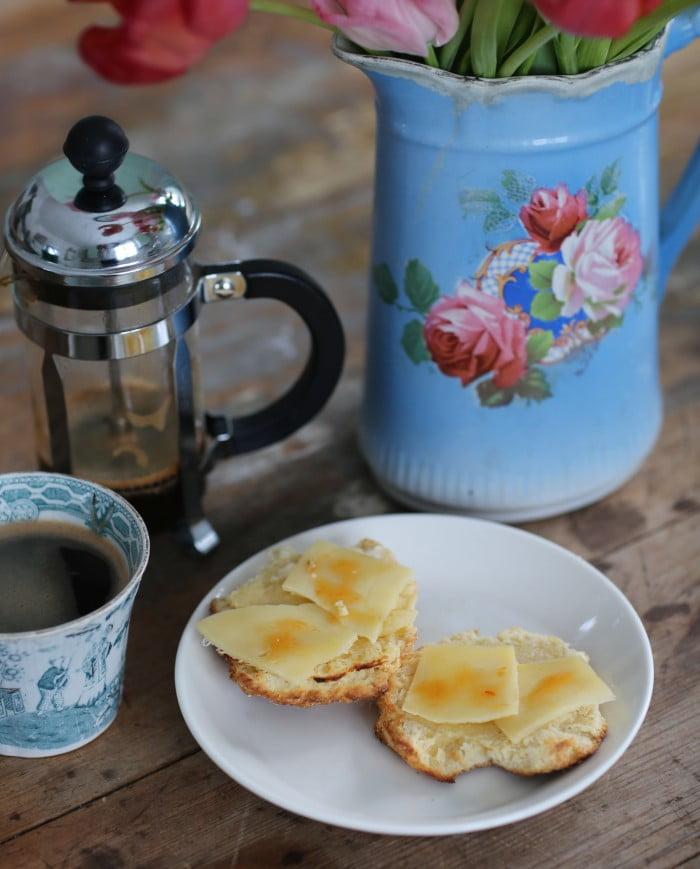 Nygräddade scones med ost och marmelad till kaffet.