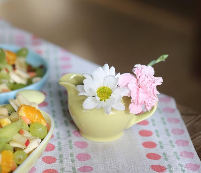 Sommarblommor och frukt på köksbordet.