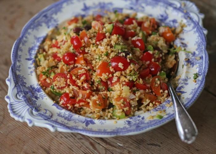 Tabbouleh med tomat och färska kryddor.