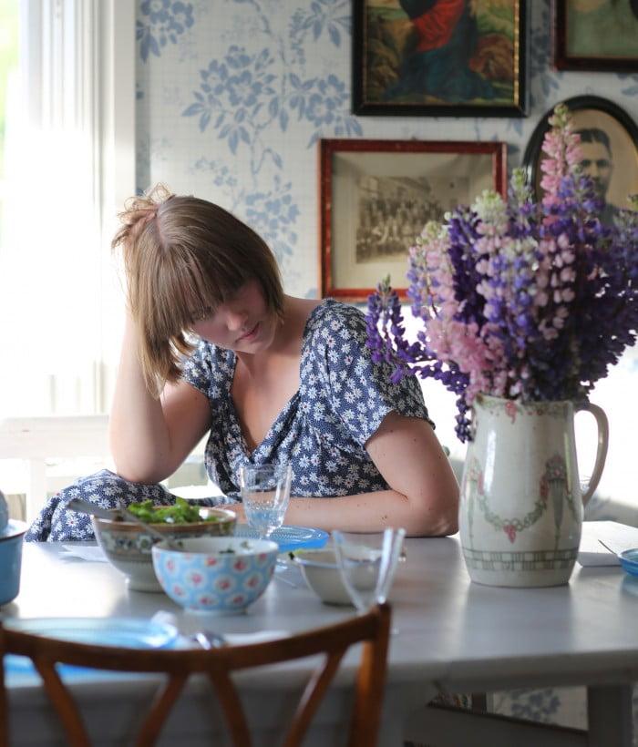 Blommor på klänningen, i vasen och på porslinet. Nu väntar bara tacomiddagen.
