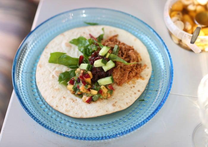 Chilismakande kött som blivit trådigt av timmar i ugnen. Gott till salsa av nektatiner och lime. Ett annorlunda recept på tacos.