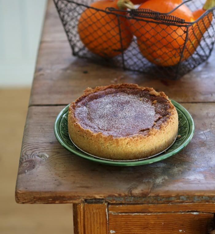 Färdig kaka med höga pajkanter.