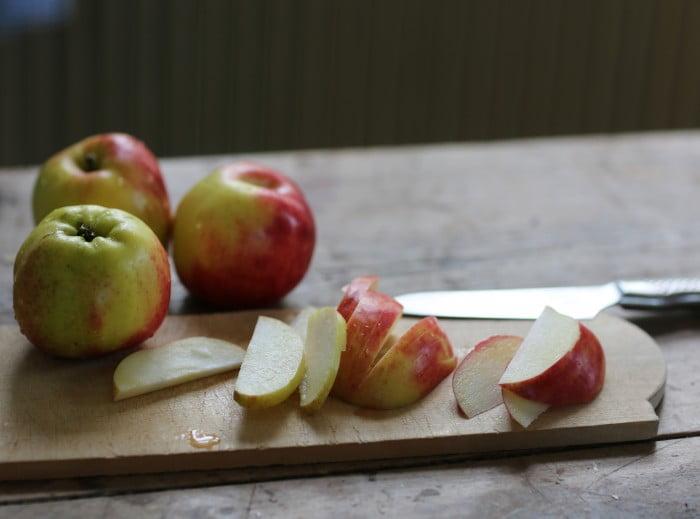 Skivade äpplen i både rött och grönt.