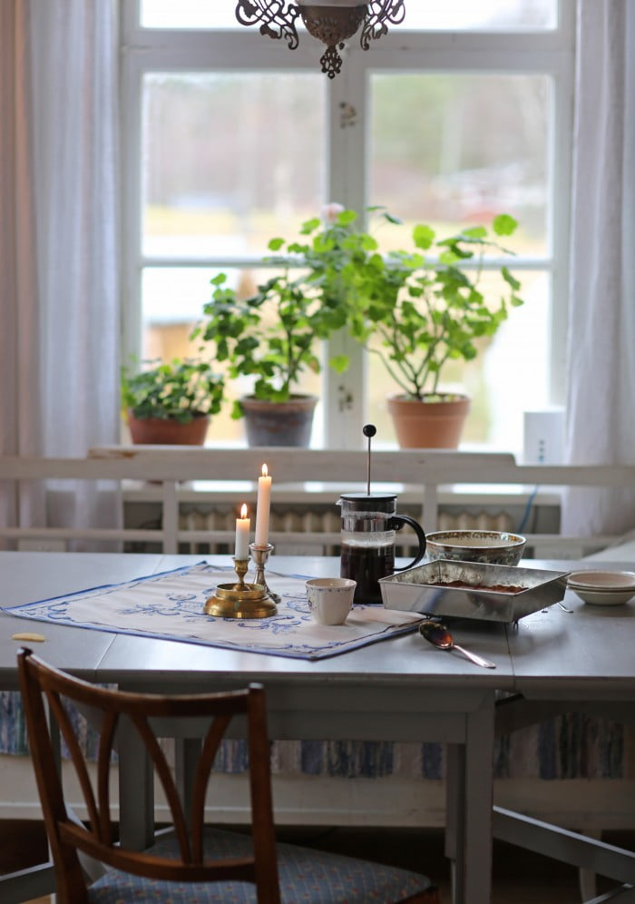 Skönt att sätta sig vid ett färdigdukat bord som doftar varma äpplen.