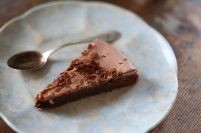 Mörk chokladkaka med spån av daim på toppen.