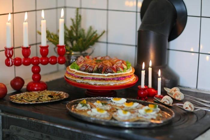 Smörgåsar med julskinka på silverfat.
