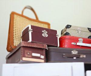 Gamla små resväskor travade på varandra.