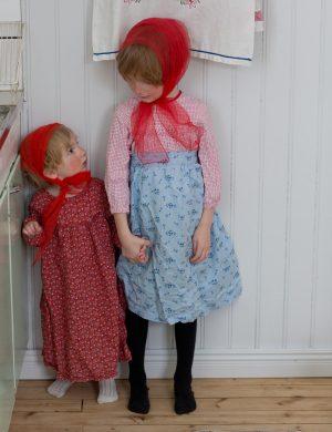 Bertil och Folke utklädda till påskkärringar med röda hucklen, förkläde och kaffepanna.