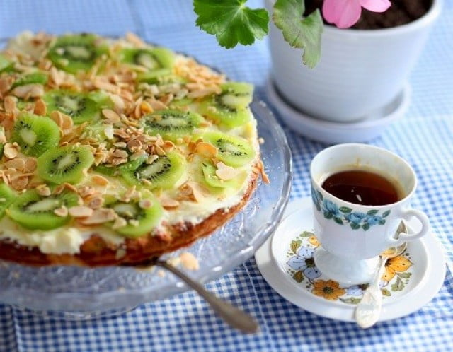 kalastårta med tårtbotten av mandelmassa och citronfromage och kiwi