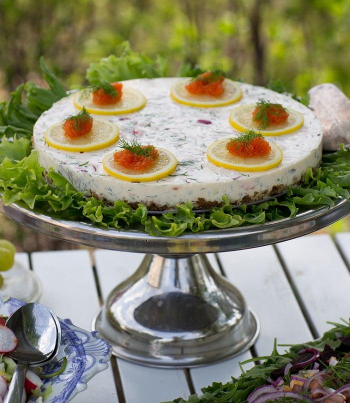 Laxtårta recept rom dill och rödlök