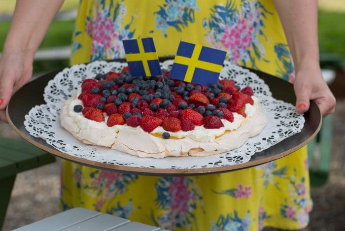 Pavlova lemoncurd, recept på sommartårta med bär