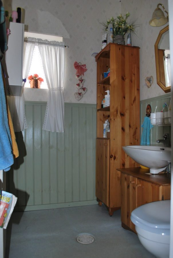 renovera gammaldags badrum toalett äldre hus
