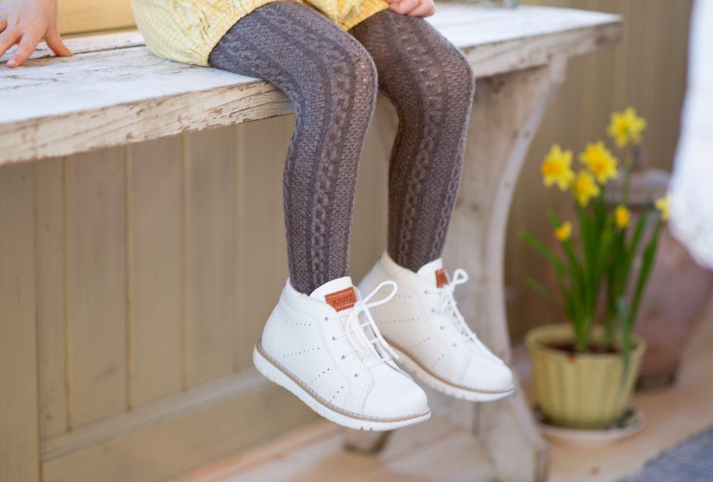6d25b91edcf Har man barn som kan ärva skorna av varandra är det alltid prisvärt med  riktiga kvalitetsskor som håller. Som denna sprillans nya retromodell  Mobacka.