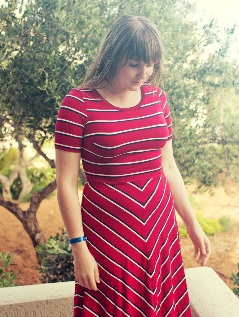 Clara i röd randig Miss Clarity-klänning.