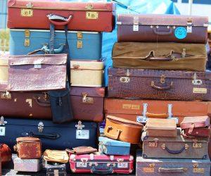 Gamla resväskor travade på varandra