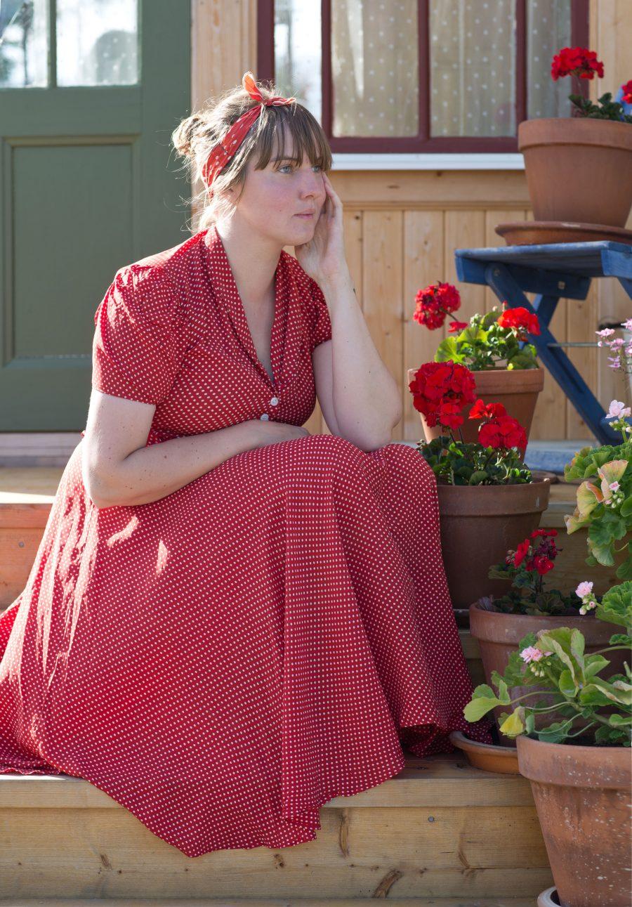 Clara i röd sommarklänning