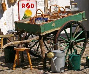Grön träkärra full med gamla saker i Danmark.