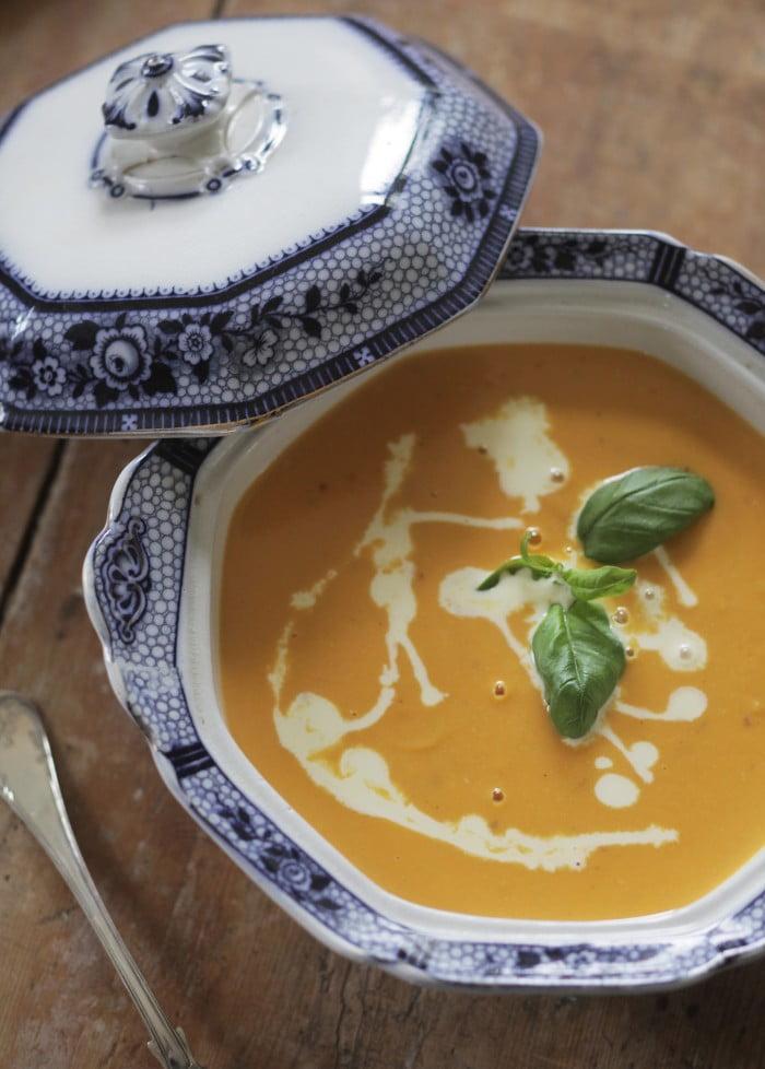 Blåvit porslinskärl med ljus krämig soppa.