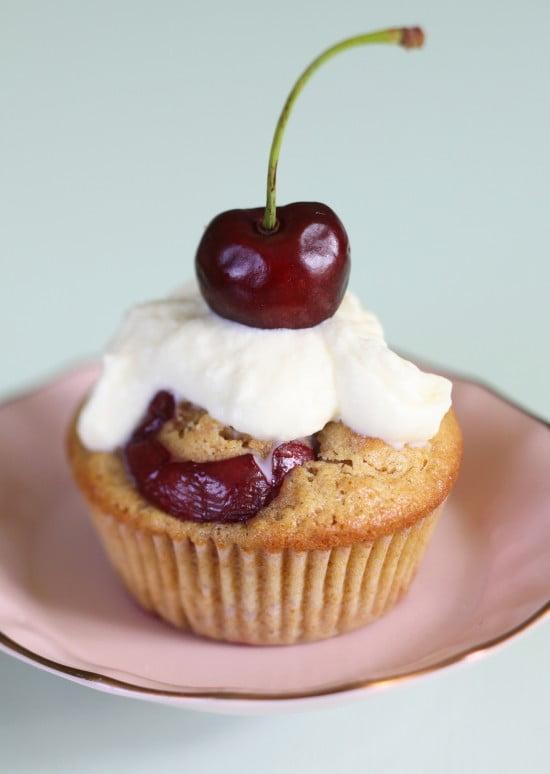Körsbär som toppar en dekorerad muffins.