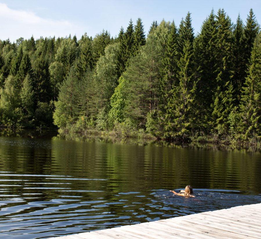 Erica badar i solblank badsjö. Ur En Underbar Pod.