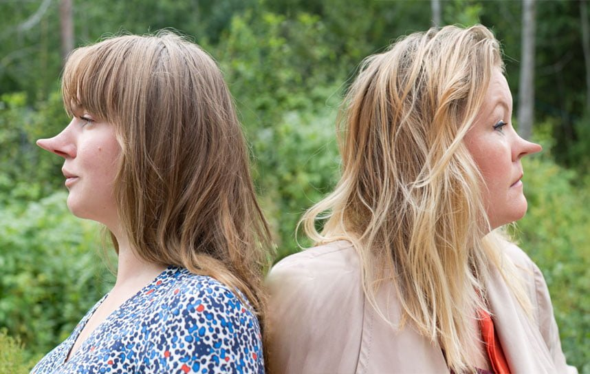 Clara och Erica i profil med varsinn lång näsa.