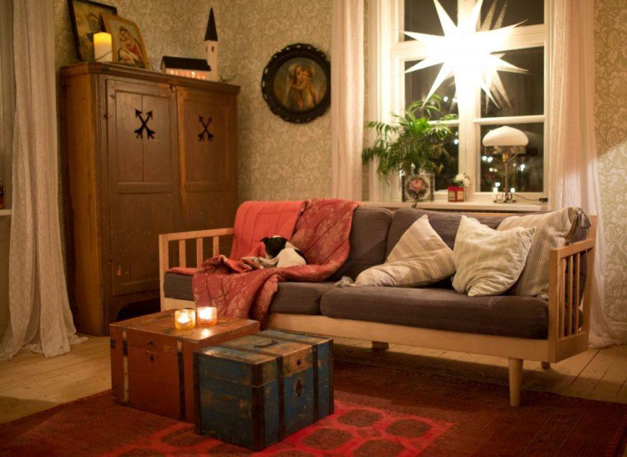 Julpyntat vardagsrum med vit julstjärna som lyser