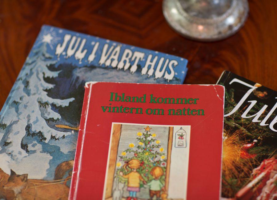 Julböcker upplagda på bord med titlar som Ibland kommer vintern om natten och Jul i vårt hus. Ur En Underbar pod.