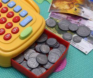 Leksakskassamaskin med pengar i.