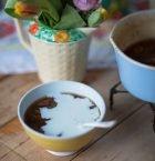 Skål med fruksoppa och mjölk