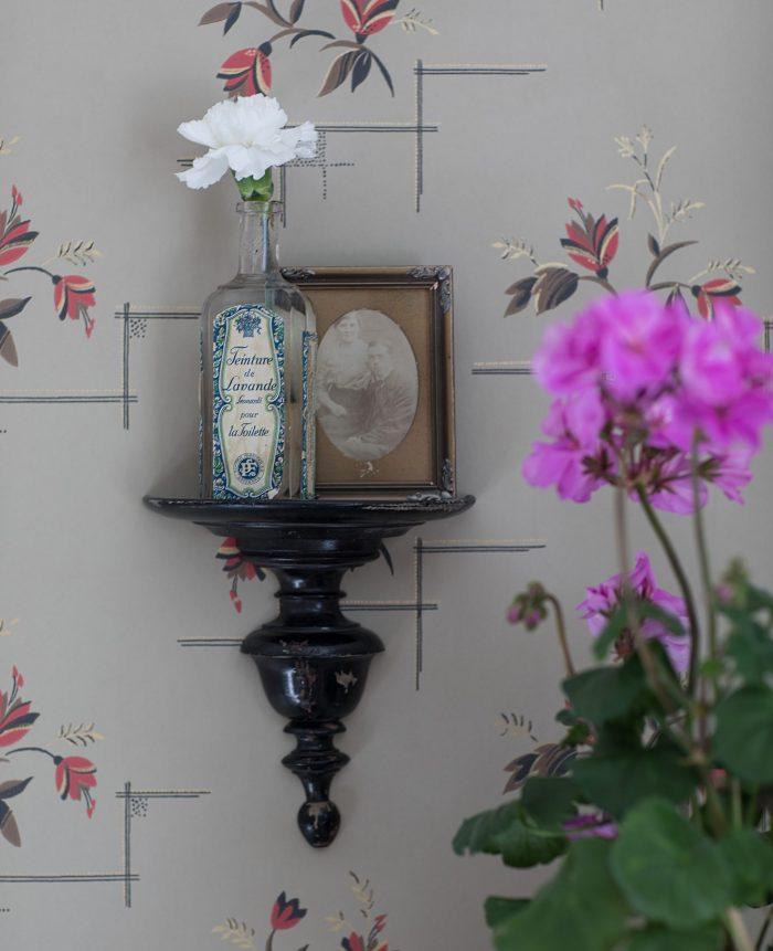 gammaldags tapet sandberg byggnadsvård järnsäng pelargon katarina sandberg wallpaper nejlikor