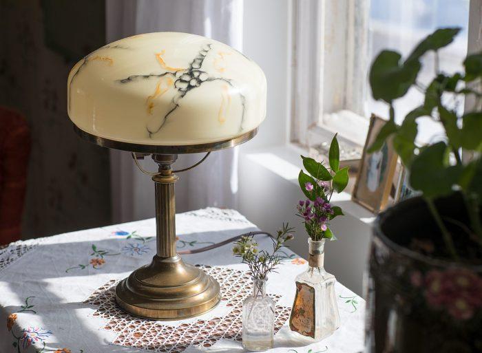 gammaldags tapet sandberg byggnadsvård järnsäng strindberglampa
