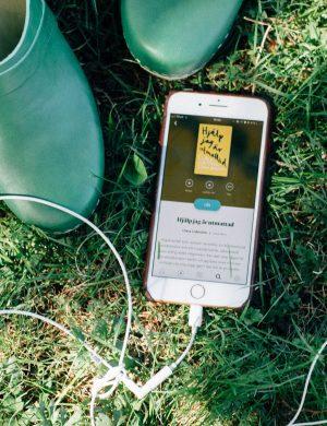 Smart mobil som visar att den spelar upp ljudboken Hjälp jag är utmattad som Clara skrivit med Erica