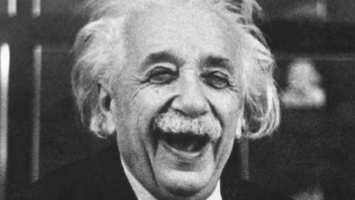 Bild på Einstein som skrattar stort.