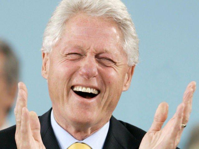 Bill Clinton skrattar så ansiktet rynkas.