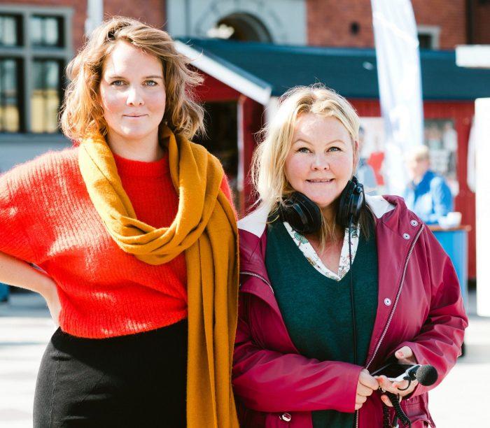 Clara och Erica bland valstugor på Rådhustorget i Umeå.