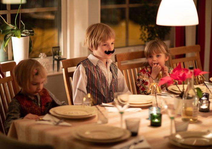 5c952cb4dc32 Jag hade stora planer på att dokumentera nyårsafton men tog bara denna enda  bild i pappas kök. Folke som gjort sig fin i skjorta, väst,  glitternagellack och ...